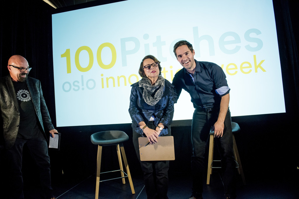 Oslo, 13.10.2015. Neil Daly from Skin Analytics wins pitching contest at Oslo Innovation Week 2015. Here with the head of the jury, Jeanne Sullivan and master of ceremonies Fred Schmidt on the left. Photo: Gorm K. Gaare COPYRIGHT:© GORM K GAARE